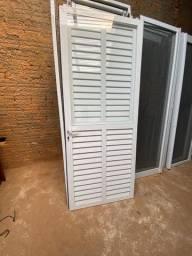 Uma porta de abrir com veneziana