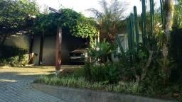 Casa em excelente condomínio fechado, suíte + 2 quartos e ótima área de churrasqueira