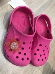 Crocs rosa botão  Flor