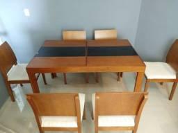 Vendo mesa estendida com seis cadeiras.