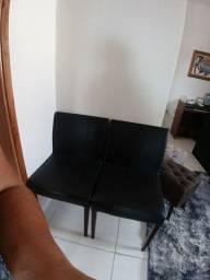 Vendo um par de cadeira cor preto couro sintético.