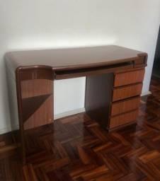 Escrivaninha de madeira com gavetas