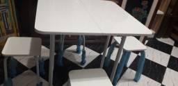 Mesa dobrável e 4 bancos com dois meses de uso. Novos. Posso entregar