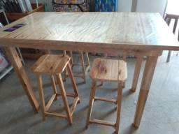 Vendo mesa de madeira com 04 banquinho