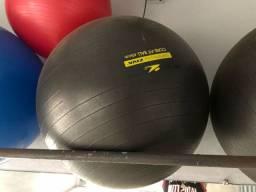 Bolas para prática de Pilates e alongamento.
