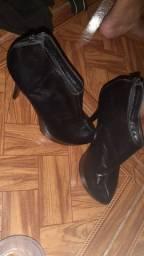 Vendo 4 pares de  sapatos botas  número 35..