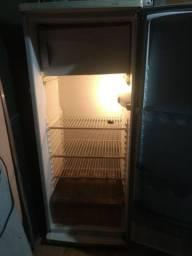 Vendo geladeira conservada 450.00 interessado chamar no *