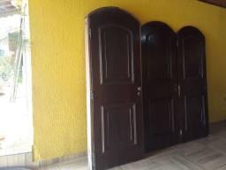 Porta de madeira redonda com caixão.