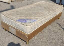 Cama box de solteiro com colchão de molas, em boas condições e confortável.