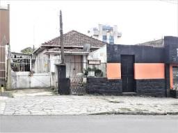 Casa de madeira e galpão de material a 1 quadra da Av Assis Brasil