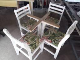 Mesa com Tampo de Vidro e 4 Cadeiras Almofadadas