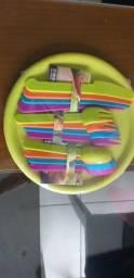 Conjunto de pratos e talheres  coloridos