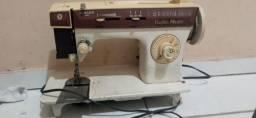 2 maquinas de costura funcionando perfeitamete anbas