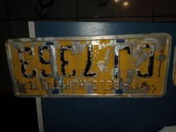 Placa antiga amarela