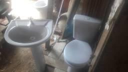 Conjunto de vaso sanitário com caixa acoplada é pia usado