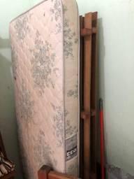 Vendo duas camas de solteiro de madeira maciça