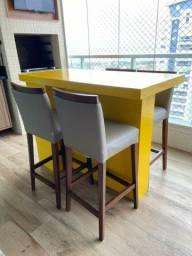 Mesa de granito amarelo brilho com quatro cadeira e um armário