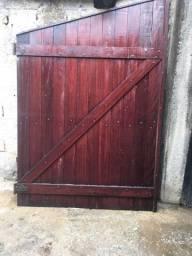 Portão e janela de madeira