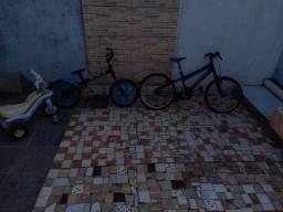 Combo de 2 bicicletas e uma motinho.