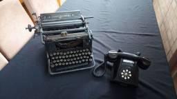 Máquina e telefone muito antigos, ideal para colecionadores ou decoração vintage