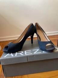 Três pares de calçados Arezzo e My shoes