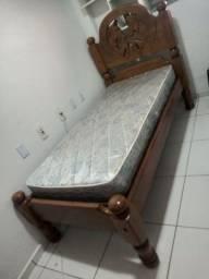 Cama de solteiro de madeira com colchão