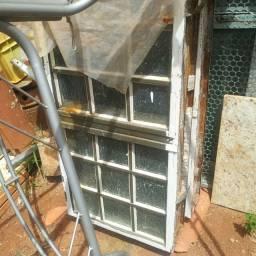 Vendo 2 vitros tem duas aberturas otimo pra frente da casa e etc