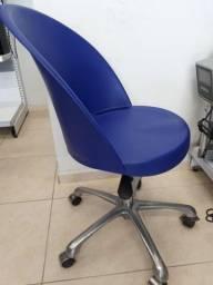 Cadeira escritório giratória sem rodinhas em ótimo estado
