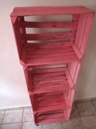 Vendo um Armarinho multiuso feito de caixotes pintado e com rodinhas preço desapego