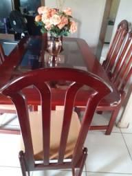 Mesa com seis cadeiras d Madeira