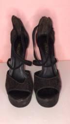 Sapato preto salto alto