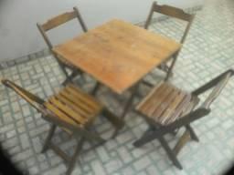 Vede-se 4 jogos de mesas de madeira com cadeiras moro em trindade