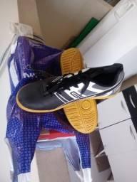 Vendo sapato de futsal nunca usado número 39