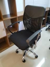 NOVA, NUNCA USADA - Cadeira giratória com regulagem de altura