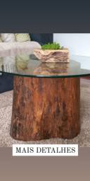 Mesa de centro feita em madeira maciça e tampo de vidro temperadl