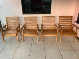 Conjunto com 4 cadeiras. Madeira