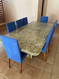 Mesa de granito e cadeiras