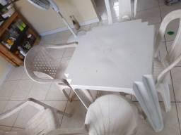 Mesa e cadeira de plástico