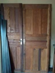 Janelas usadas e porta madeira