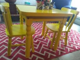 Mesa infantil de madeira com 2 cadeiras