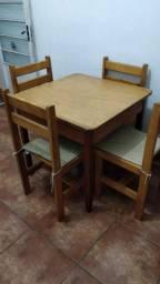 Mesa de madeira mesmo com 4 cadeiras