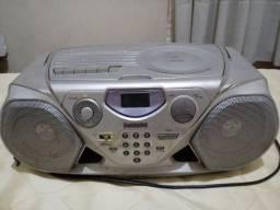 Rádio, toca CD e fitas, funcionando.