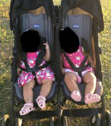 Carrinho de bebê gêmeos da marca Chico