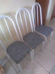 Uma mesa completa com 6 cadeiras