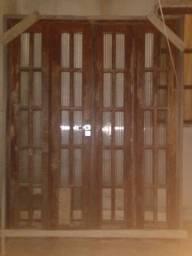 Porta de madeira pode falta 3pedaco de vidro