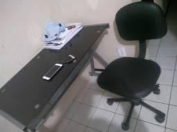 Mesa de estudo+ cadeira de rodinha