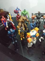 Vendo ou troco lote de bonecos Avengers e Max Steel
