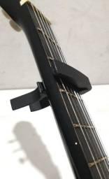 Capotraste preto para violão ou guitarra. Bem conservado. Poucas marcas de uso
