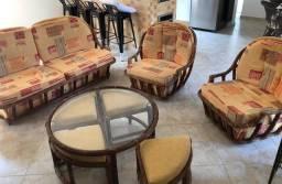 Conjunto sofá e poltronas giratórias com mesa de centro