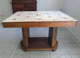Mesa de madeira restaurada